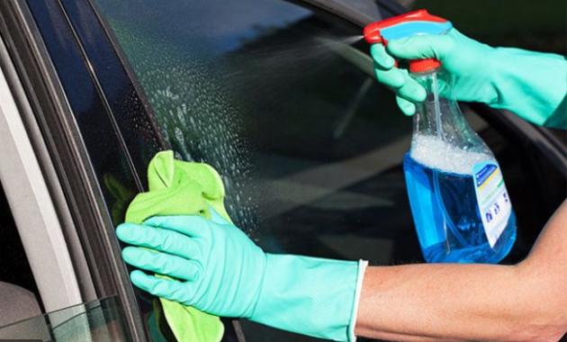 bersihkan kaca mobil